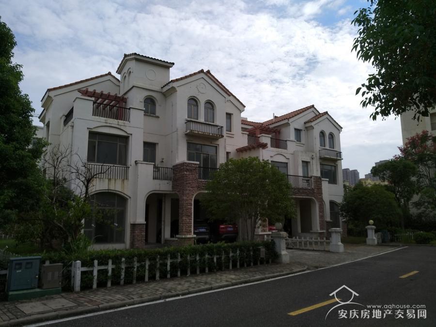 稀缺超大别墅,带有超大花园,紧邻秦潭湖湿地公园及万达广场